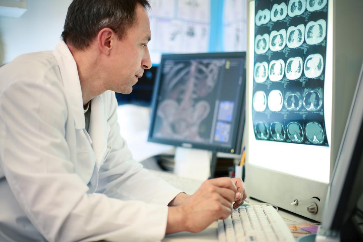 Doctor en CT-scan
